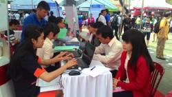 Ứng viên nữ ứng tuyển tại Ngày hội hướng nghiệp năm 2015