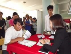 Người lao động tìm hiểu thông tin xuất khẩu lao động tại Trung tâm Dịch vụ việc làm tỉnh