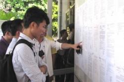 Sinh viên tìm hiểu thông tin việc làm của các đơn vị tại hội nghị tư vấn tuyển dụng