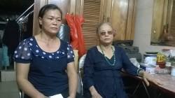 Bà Hoàng Thị Dung (phải) dù đang còn sống nhưng bị chứng nhận là đã chết. (Ảnh Duy Cảnh)