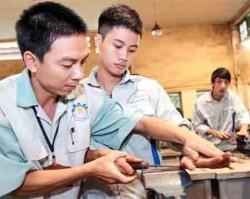 Sinh viên Khoa Cơ khí Trường cao đẳng nghề công nghiệp Hà Nội trong giờ thực hành. Ảnh: NGUYỄN HẢI