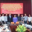 Chủ tịch UBTWMTTQ Nguyễn Thiện Nhân tặng quà, chụp ảnh lưu niệm với lãnh đạo Bộ LĐTBXH và các cán bộ là thân nhân người có công.
