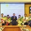 Bộ trưởng Bộ Tư pháp Hà Hùng Cường chúc mừng các ứng viên tham gia thi tuyển (Ảnh: Cổng TTĐT Bộ Tư pháp)