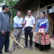 Chủ tịch UBND xã Mản Thẩn Giàng Seo Châu (người thứ hai từ trái sang) vận động bà con giữ gìn điệu múa truyền thống của đồng bào Mông.