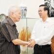 Phó Bí thư Thường trực Thành ủy TPHCM Võ Văn Thưởng thăm hỏi đồng chí Phan Minh Tánh, nguyên Trưởng ban Dân vận Trung ương Ảnh: VIỆT DŨNG